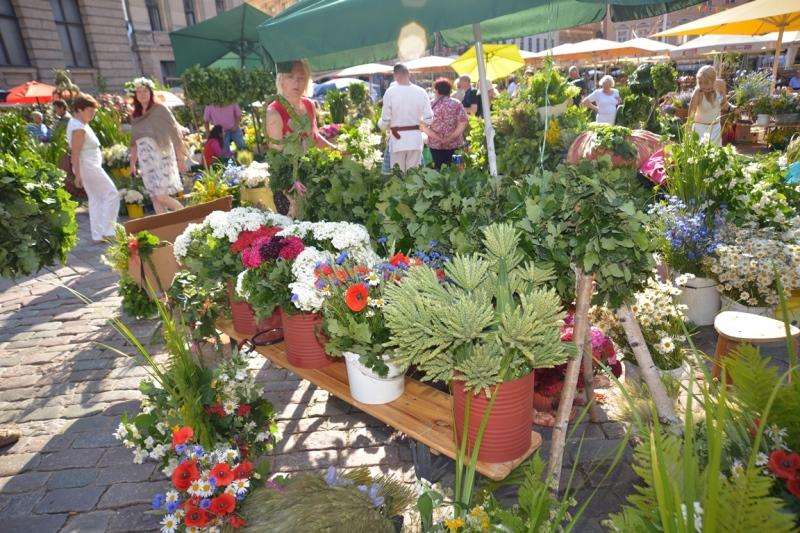 22. jūnijā no 9.00 līdz 19.00 Doma laukumā varēs izbaudīt Līgo svētku sajūtu tradicionālajā Zāļu tirgū